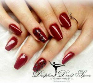 Création Nail Art Delphine Derhé Spoor ongles rouges et arabesques