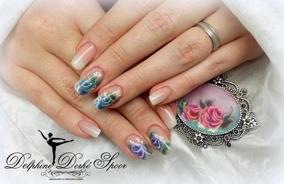 Delphine Derhé Spoor ongles création nail art arabesque et rose bleue